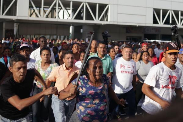 Trabajadores de Conviasa protestan durante la llegada de Guaidó a Caracas.