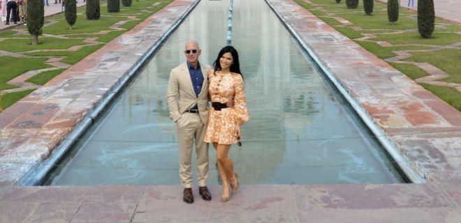 Jeff Bezos, junto a su actual pareja, Lauren Sánchez, posando ante el Taj Mahal.