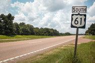 La Highway 61 o Ruta del Blues es una carretera que discurre paralela al río Misisipí. Comienza en Minnesota y finaliza en <strong>Nueva Orleans</strong>, aunque su tramo más conocido son los 1.500 kilómetros entre Chicago y la desembocadura del río en Nueva Orleans. Migraciones, música, historia, plantaciones y mansiones jalonan un camino sorprendente.