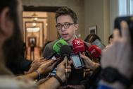 Íñigo Errejón atiende a la prensa en los pasillos del Congreso.