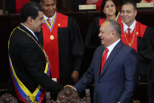 Nicolás Maduro saluda a Diosdado Cabello.