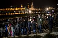 Cadena humana en Dresde en memoria de las víctimas del bombardeo.
