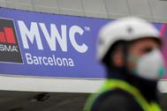 Un operario trabajando en las instalaciones del MWC en Barcelona.