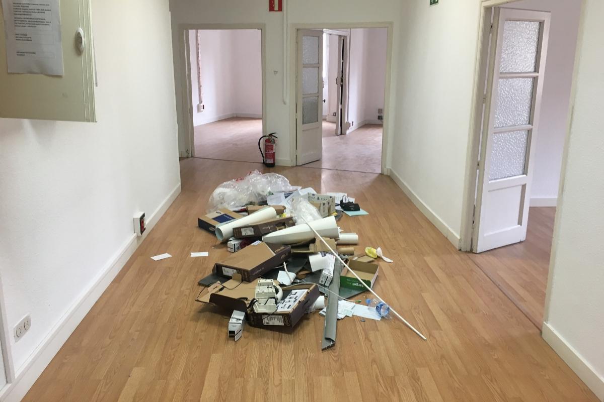 Papeles y otros objetos en el suelo del piso de Santa Engracia, 18