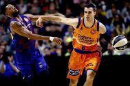 GRAF9703. lt;HIT gt;MÁLAGA lt;/HIT gt;.- El alero estadounidense del Barcelona Cory Higgins (i) defiende al alero del Valencia Basket Alberto Abalde (d) durante el partido de cuartos de final de la Copa del Rey entre el FC Barcelona Lassa y Valencia Basket disputado en el Palacio de Deportes José Mª Martín Carpena de lt;HIT gt;Málaga lt;/HIT gt;, este jueves.