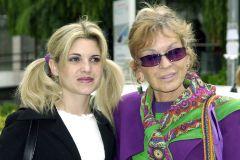 Cristina de Borbón (izqda.) y su madre, Beatriz, fotografiadas en 2004.