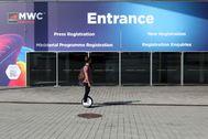 Un joven pasa ante las puertas de la Fira de Barcelona tras la cancelación del Mobile World Congress.