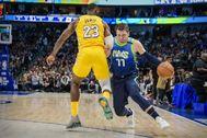 LeBron James y Luka Doncic, en un partido de la NBA