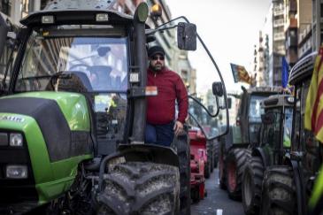 """Los agricultores colapsan Valencia: """"No puede ser que vivan todos del campo menos nosotros"""""""