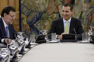 Felipe VI, durante su primera reunión del Consejo de Ministros con Mariano Rajoy en 2014.