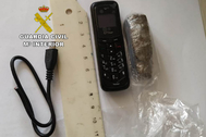 El móvil y la droga que llevaba en su cuerpo la mujer detenida.