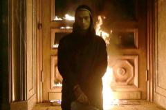 El artista ruso Piotr Pavlenski posa después de prender fuego a las puertas de la sede histórica de la KGB en Moscú, en 2015.