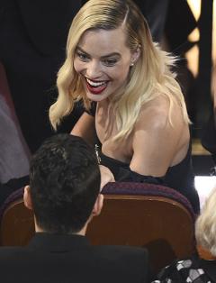 Besos, risas y bromas, las imágenes inéditas de los Oscars 2020