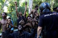 Inmigrantes subsaharianos tras saltar la valla entre Marruecos y Ceuta, en 2018.