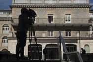 Un cámara toma imágenes del hospital de Santiago en la capital alavesa.