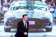Elon Musk camina durante la entrega de los Model 3 en China