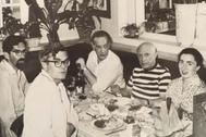 Cela, Picasso y Jacqueline junto a dos amigos en un restaurante de Cannes,