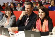 Cristina Narbona, Pedro Sánchez y Adriana Lastra, en el Comité Federal.