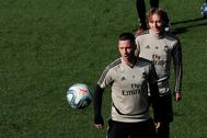 Hazard y Modric, durante el entrenamiento del Madrid este sábado.