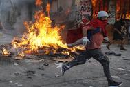 Manifestantes se enfrentan a la policía en Santiago de Chile.