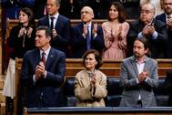 Pedro Sánchez y los vicepresidentes Carmen Calvo y Pablo Iglesias aplauden al Rey en el Congreso.
