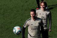 Hazard con Modric, en el entrenamiento previo al partido contra el Celta.