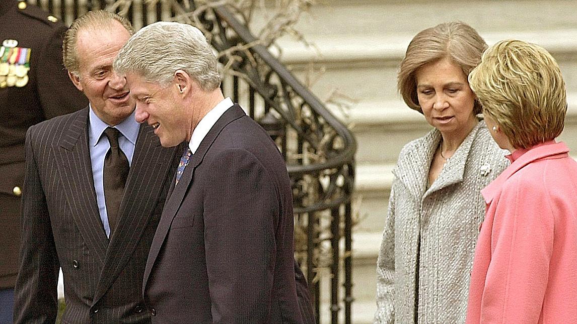 Los Reyes Juan Carlos y Sofía, recibidos en Washington por Bill y Hillary Clinton en 2000.