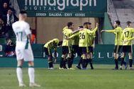 Los jugadores del zaragoza celebran el segundo gol ante la mirada de Josan.