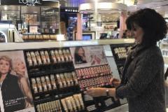 Clienta en una sección de cosmética