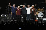 Los miembros de los Eagles, Vince Gill, Timothy B. Schmit, Don Henley, Deacon Frey y Joe Walsh durante un concierto en octubre de la gira 'Hotel California'