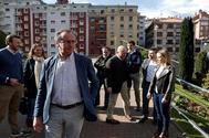 El presidente del PP vasco Alfonso Alonso en su visita a Eibar, uno de los municipios afectados por el derrumbe del vertedero.