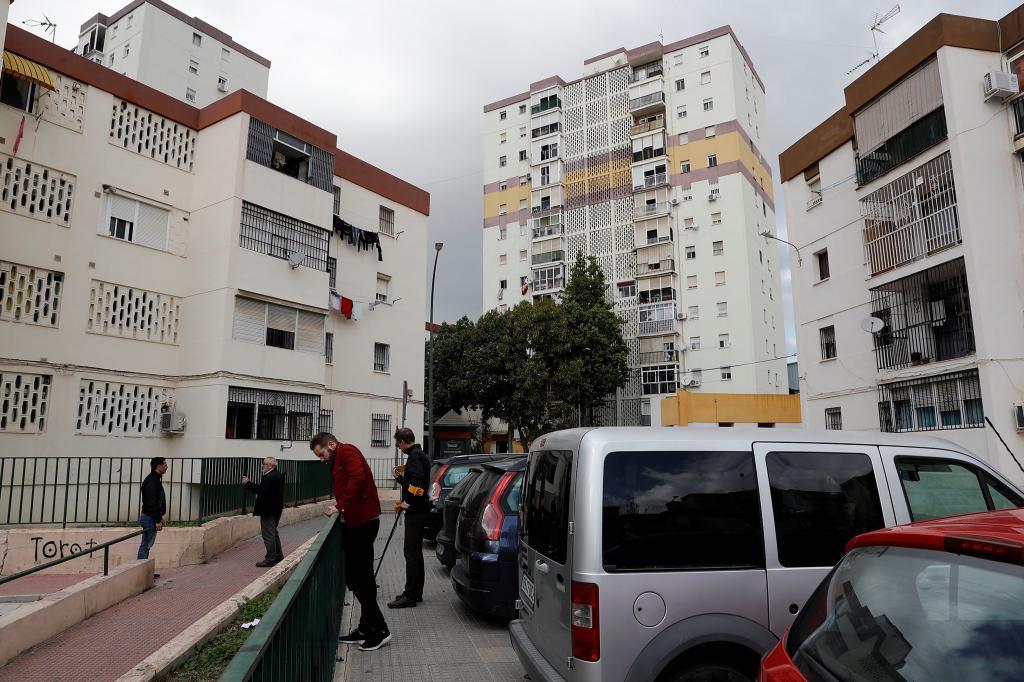 Agentes de la científica de la Policía Nacional buscan casquillos de balas del tiroteo entre clanes que se produjo la pasada noche en el barrio malagueño de Palma Palmilla en el que falleció un hombre de 74 años.