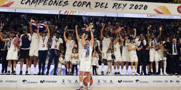 Reyes, con el trofeo de la Copa del Rey en el Carpena.