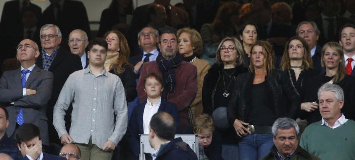Francisco Rosell (izda) acompaña a la viuda (última a la dcha.),  Romina, y otros familiares de David Gistau en el palco del Bernabéu.