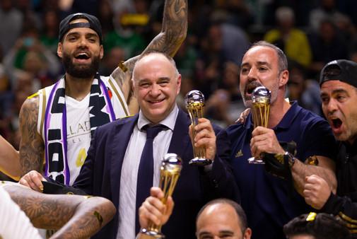 Pablo Laso celebra el título de Copa.