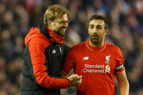 Klopp saluda a José Enrique, durante su etapa en el Liverpool.