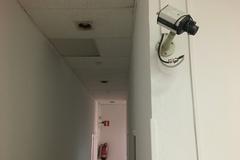 Cámara de vigilancia en uno de los pasillos del piso usado por la Policía.