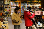 Beijing ( lt;HIT gt;China lt;/HIT gt;).- People wearing protective masks inside a wine store at a shopping mall in Beijing, lt;HIT gt;China lt;/HIT gt;, 16 February 2020. The disease caused by the novel coronavirus (SARS-CoV-2) has been officially named lt;HIT gt;COVID lt;/HIT gt;-19 by the World Health Organization (WHO). The outbreak, which originated in the Chinese city of Wuhan, has so far killed at least 1,669 people with over 69,000 infected worldwide, mostly in lt;HIT gt;China lt;/HIT gt;. EPA/