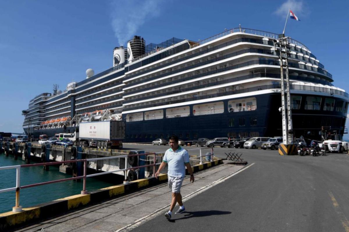 El crucero El Westerdam, de la compañía naviera Holland America Line, atracado en Camboya.