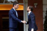 El presidente del Gobierno, Pedro Sánchez, recibe al líder del Partido Popular (PP), Pablo Casado, este lunes en la Moncloa.