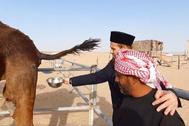 El clérigo Mala Ali Kurdistani recoge orina de camello para beber en uno de sus vídeos más virales.