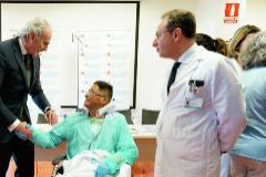 El consejero de Sanidad de la Comunidad de Madrid, Enrique Ruiz Escudero, saluda al paciente trasplantado Jorge W. Pavón.