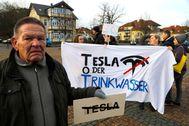 Manifestantes en contra de la construcción de la fábrica de Tesla