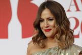 La presentadora de televisión Caroline Flack posa en la alfombra roja de los Brit Awards, en 2018.