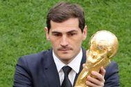 Iker Casillas, con la copa del mundo en la inauguración de Rusia 2018.