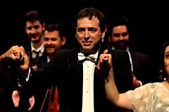 David Sánchez Pérez Castejón (en el centro) saluda tras la única función de la ópera. Fue nombrado después de que el presidente ganase a Susana Díaz.