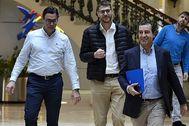 Biel Company, ayer en el Parlament junto a su gente de confianza. J.SERRA