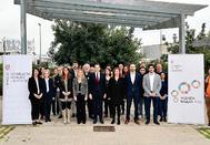 Foto de familia de los miembros de la Mesa de la Vivienda antes del inicio de la reunión.