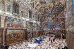 Montaje de los tapices de Rafael en la Capilla Sixtina.
