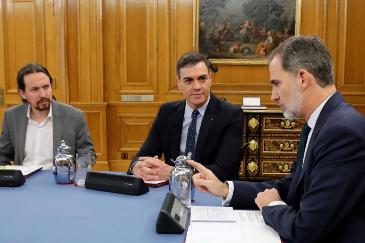 Felipe VI, con Pedro Sánchez y Pablo Iglesias esta mañana en el Consejo de Ministros celebrado en la Zarzuela.